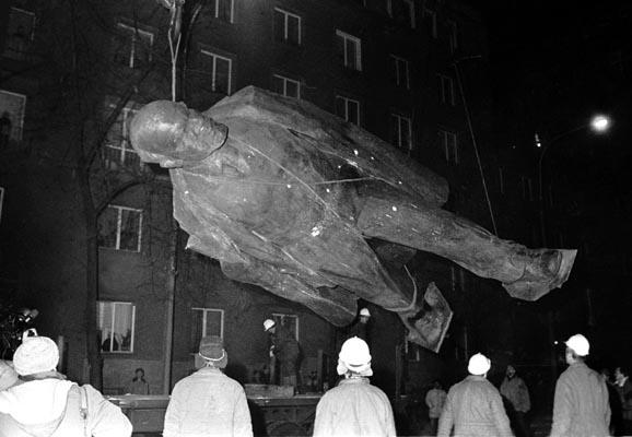 Cнос памятника Ленина в Кракове - Новой Хуте 10 декабря 1989 года.
